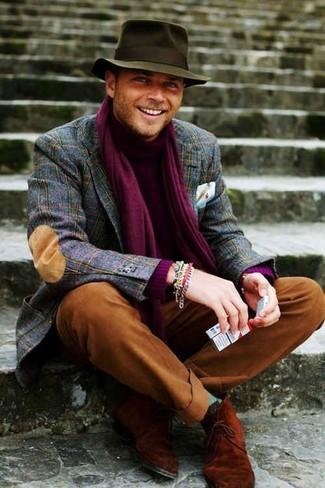 Comment porter: blazer en laine écossais bleu marine, pull à col roulé pourpre, pantalon chino tabac, bottines chukka en daim tabac