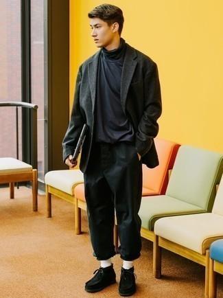 Comment porter un blazer en laine gris foncé: Choisis un blazer en laine gris foncé et un pantalon chino noir pour achever un look habillé mais pas trop. Cette tenue se complète parfaitement avec une paire de des bottines chukka en daim noires.