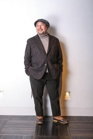Comment porter un blazer en laine à chevrons marron foncé: Pense à porter un blazer en laine à chevrons marron foncé et un pantalon chino vert foncé pour créer un look chic et décontracté. Tu veux y aller doucement avec les chaussures? Assortis cette tenue avec une paire de des bottes d'hiver en cuir tabac pour la journée.