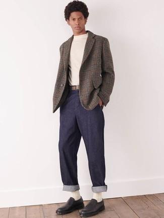 Comment porter un blazer en laine en pied-de-poule gris: Choisis un blazer en laine en pied-de-poule gris et un pantalon chino bleu marine pour un look idéal au travail. Si tu veux éviter un look trop formel, opte pour une paire de des baskets à enfiler en cuir noires.