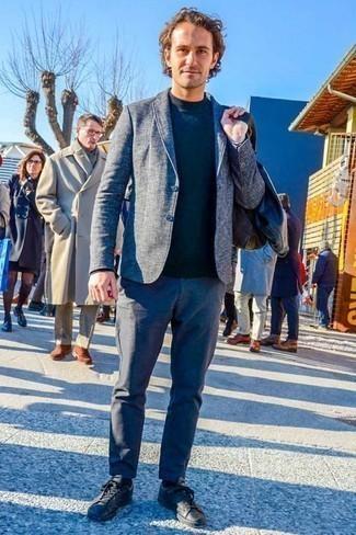 Comment porter un pull à col roulé: Pour créer une tenue idéale pour un déjeuner entre amis le week-end, porte un pull à col roulé et un pantalon chino bleu. Pourquoi ne pas ajouter une paire de des baskets basses en cuir noires à l'ensemble pour une allure plus décontractée?