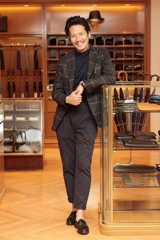Comment porter un pantalon chino marron foncé: Essaie de marier un blazer à carreaux marron foncé avec un pantalon chino marron foncé pour créer un look chic et décontracté. Rehausse cet ensemble avec une paire de des mocassins à pampilles en cuir marron foncé.