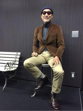 Comment porter des bottines chukka en cuir bordeaux: Harmonise un blazer en velours côtelé marron avec un pantalon chino beige pour achever un look habillé mais pas trop. Une paire de des bottines chukka en cuir bordeaux est une option astucieux pour complèter cette tenue.
