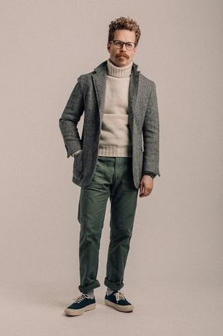 Comment porter un blazer en laine gris: Pense à opter pour un blazer en laine gris et un pantalon chino vert foncé pour achever un look habillé mais pas trop. Jouez la carte décontractée pour les chaussures et choisis une paire de des baskets basses en toile bleu marine.