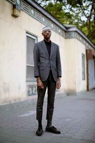 Comment porter des chaussettes en jacquard grises: Harmonise un blazer à carreaux gris avec des chaussettes en jacquard grises pour un look idéal le week-end. Une paire de chaussures de sport marron foncé est une option astucieux pour complèter cette tenue.