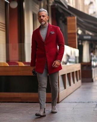 Comment porter un blazer rouge: Pense à associer un blazer rouge avec un pantalon chino gris pour un look idéal au travail. Fais d'une paire de des bottines chelsea en daim grises ton choix de souliers pour afficher ton expertise vestimentaire.