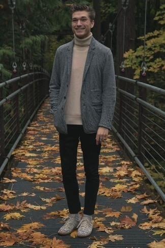 Comment porter un pantalon chino noir: L'association d'un blazer en laine gris et d'un pantalon chino noir est parfaite pour une soirée ou les occasions chic et décontractées. Tu veux y aller doucement avec les chaussures? Assortis cette tenue avec une paire de des baskets basses en cuir imprimées beiges pour la journée.