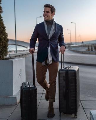 Comment porter des bottines chelsea en daim marron: Pense à opter pour un blazer bleu marine et un pantalon chino marron pour créer un look chic et décontracté. Complète cet ensemble avec une paire de des bottines chelsea en daim marron pour afficher ton expertise vestimentaire.