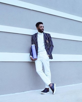 Comment porter un blazer à rayures verticales bleu marine et blanc: Pense à opter pour un blazer à rayures verticales bleu marine et blanc et un pantalon chino blanc pour prendre un verre après le travail. Habille ta tenue avec une paire de chaussures brogues en cuir bleu marine.