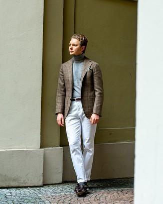 Comment s'habiller au printemps: Associer un blazer en laine à carreaux marron avec un pantalon chino blanc est une option génial pour une journée au bureau. Jouez la carte classique pour les chaussures et termine ce look avec une paire de mocassins à pampilles en cuir marron foncé. Ce look est une bonne idée pour ce printemps.