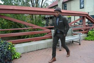 Comment porter: blazer en coton olive, pull à col roulé bleu clair, pantalon chino olive, bottes de loisirs en cuir marron