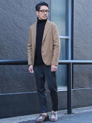 Comment porter des bottines chukka en cuir bordeaux: Pense à associer un blazer marron clair avec un pantalon chino gris foncé pour créer un look chic et décontracté. Une paire de bottines chukka en cuir bordeaux est une option avisé pour complèter cette tenue.