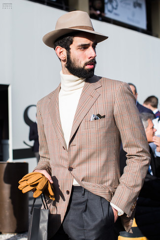 Comment porter: blazer écossais marron clair, pull à col roulé beige, pantalon de costume noir, chapeau en laine beige