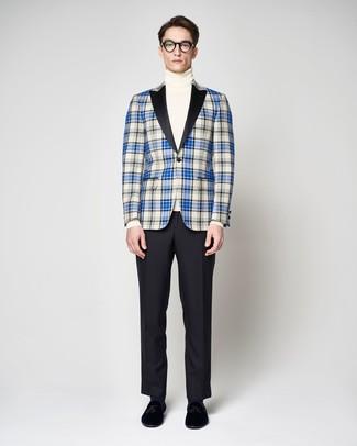 Comment porter: blazer écossais bleu, pull à col roulé blanc, pantalon de costume noir, mocassins à pampilles en velours noirs
