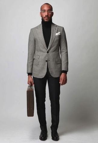 Comment porter: blazer à carreaux gris, pull à col roulé noir, pantalon de costume noir, chaussures derby en cuir noires