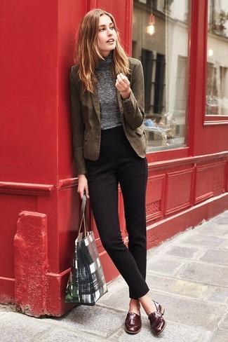 Comment porter: blazer en coton marron, pull à col roulé gris, pantalon de costume noir, slippers en cuir marron