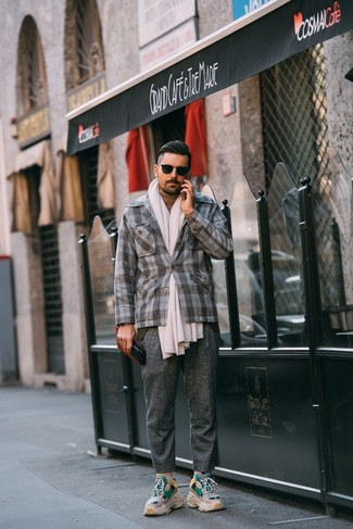 Comment porter: blazer en laine écossais gris, pull à col roulé marron clair, pantalon de costume en laine gris, chaussures de sport beiges