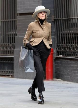 Comment porter: blazer en daim marron clair, pull à col roulé noir, pantalon de costume noir, chaussures derby en cuir noires