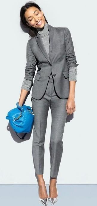 Comment porter: blazer gris, pull à col roulé gris, pantalon de costume gris, escarpins en cuir argentés