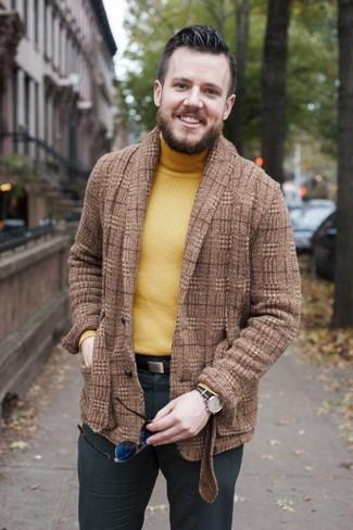 Comment porter: blazer en laine écossais marron, pull à col roulé jaune, pantalon de costume gris foncé, ceinture en cuir marron foncé