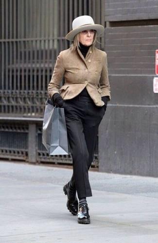 Comment porter: blazer en daim marron clair, pull à col roulé noir, pantalon de costume noir, chaussures richelieu en cuir noires