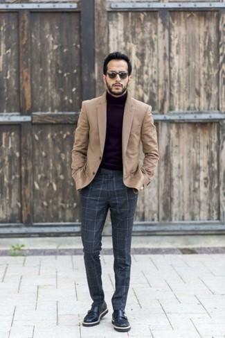 Comment porter: blazer en laine marron clair, pull à col roulé noir, pantalon de costume en laine à carreaux gris foncé, double monks en cuir noirs