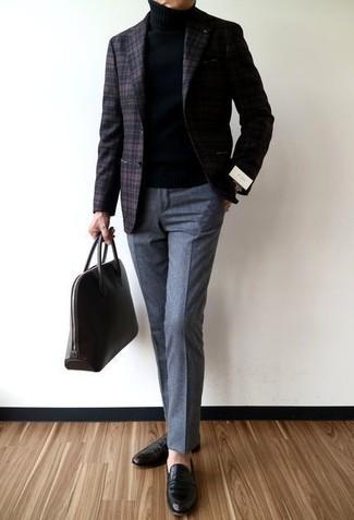 Sois au sommet de ta classe en portant un blazer en laine écossais brun foncé et un pantalon de costume en laine gris. Une paire de des slippers en cuir noirs apportera un joli contraste avec le reste du look.