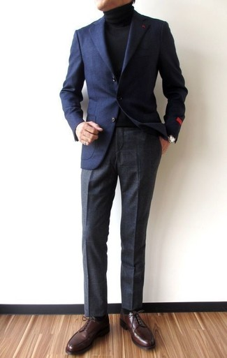 Comment porter: blazer en laine bleu marine, pull à col roulé noir, pantalon de costume à carreaux gris foncé, chaussures derby en cuir marron foncé