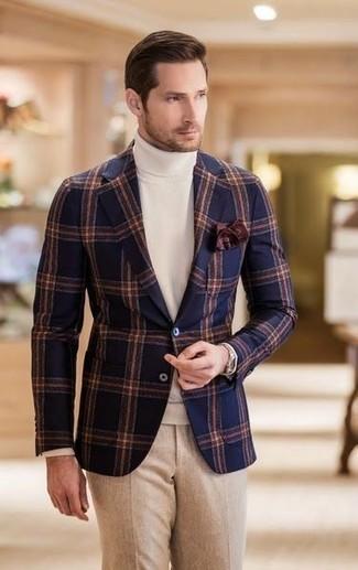 Comment porter: blazer en laine à carreaux bleu marine, pull à col roulé blanc, pantalon de costume en laine beige, pochette de costume marron foncé
