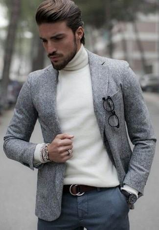 Comment porter: blazer en laine gris, pull à col roulé blanc, pantalon de costume en laine gris foncé, ceinture en cuir marron foncé
