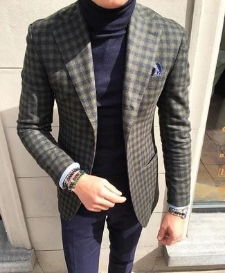 Comment porter: blazer en laine à carreaux olive, pull à col roulé bleu marine, pantalon de costume bleu marine, pochette de costume imprimée bleu marine