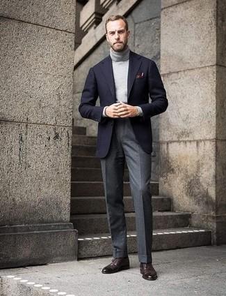 Comment porter: blazer en laine noir, pull à col roulé gris, pantalon de costume en laine gris, chaussures brogues en cuir marron foncé