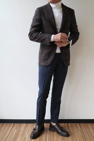 Comment porter: blazer en laine écossais gris foncé, pull à col roulé blanc, pantalon de costume bleu marine, monks en cuir marron foncé