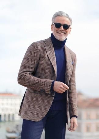 Comment porter: blazer écossais marron, pull à col roulé bleu marine, pantalon de costume bleu marine, pochette de costume bleu marine