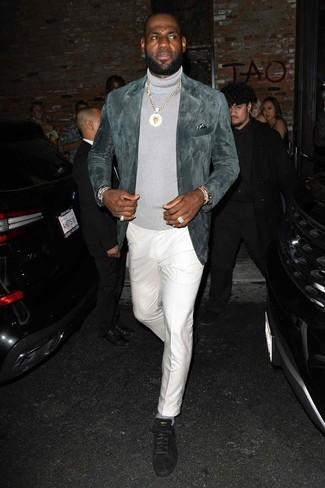 Comment porter: blazer en daim gris, pull à col roulé gris, pantalon de costume blanc, baskets basses en daim noires