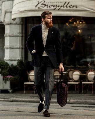 Comment porter: blazer noir, pull à col roulé en tricot beige, pantalon de costume en laine gris foncé, slippers en daim marron foncé