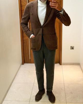 Comment porter des chaussures derby en daim marron foncé: Opte pour un blazer en laine écossais marron avec un pantalon de costume vert foncé pour une silhouette classique et raffinée. Une paire de des chaussures derby en daim marron foncé s'intégrera de manière fluide à une grande variété de tenues.