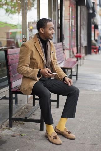 Comment porter une écharpe marron: Porte un blazer en velours côtelé marron clair et une écharpe marron pour une tenue relax mais stylée. Transforme-toi en bête de mode et fais d'une paire de des mocassins à pampilles en daim marron clair ton choix de souliers.