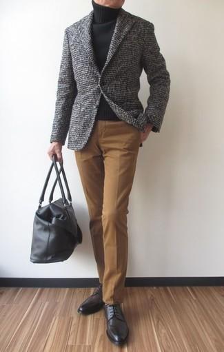 Comment porter un blazer en laine à carreaux gris: Essaie d'associer un blazer en laine à carreaux gris avec un pantalon de costume marron clair pour dégager classe et sophistication. Assortis ce look avec une paire de des chaussures derby en cuir gris foncé.