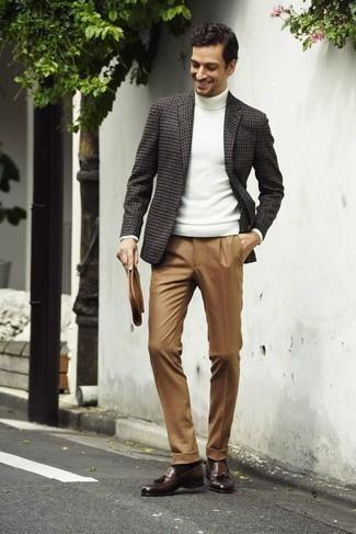Comment porter des chaussettes marron foncé: Porte un blazer en pied-de-poule gris foncé et des chaussettes marron foncé pour une tenue idéale le week-end. D'une humeur audacieuse? Complète ta tenue avec une paire de des mocassins à pampilles en cuir marron.