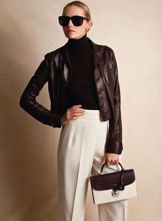 Tenue: Blazer en cuir marron foncé, Pull à col roulé marron foncé, Pantalon de costume blanc, Cartable en cuir marron foncé
