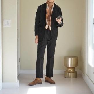 Comment s'habiller en automne: Pense à opter pour un blazer en velours côtelé noir et un pantalon de costume noir pour un look pointu et élégant. Cette tenue est parfait avec une paire de des chaussures derby en daim marron. Ce look est juste top et automnal comme il faut.