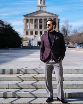 Comment porter des slippers en velours noirs: Fais l'expérience d'un style élégant et raffiné avec un blazer pourpre foncé et un pantalon de costume gris. Cet ensemble est parfait avec une paire de des slippers en velours noirs.