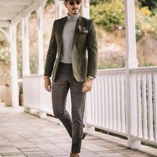Tendances mode hommes: Porte un blazer olive et un pantalon de costume écossais gris foncé pour un look pointu et élégant. Assortis ce look avec une paire de mocassins à pampilles en daim marron.