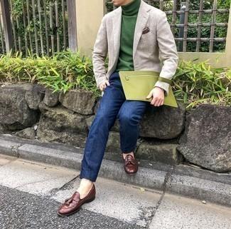 Comment porter un pull à col roulé vert: Marie un pull à col roulé vert avec un pantalon de costume bleu marine pour une silhouette classique et raffinée. Cet ensemble est parfait avec une paire de mocassins à pampilles en cuir marron.