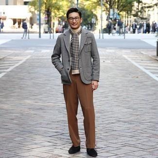 Comment s'habiller quand il fait frais: Marie un blazer en laine à chevrons gris avec un pantalon de costume marron pour dégager classe et sophistication.