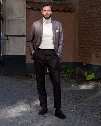 Comment porter un pull à col roulé en tricot blanc: Harmonise un pull à col roulé en tricot blanc avec un pantalon de costume marron foncé pour un look classique et élégant. Une paire de chaussures richelieu en daim marron foncé est une façon simple d'améliorer ton look.