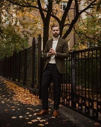 Comment porter un pull à col roulé en tricot blanc: Harmonise un pull à col roulé en tricot blanc avec un pantalon de costume marron foncé pour dégager classe et sophistication. Jouez la carte classique pour les chaussures et opte pour une paire de chaussures richelieu en cuir marron.