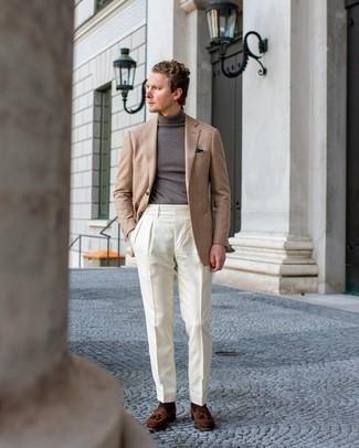 Comment s'habiller au printemps: Marie un blazer écossais marron clair avec un pantalon de costume blanc pour une silhouette classique et raffinée. Assortis ce look avec une paire de mocassins à pampilles en daim marron. On adore ce look, très printanière.