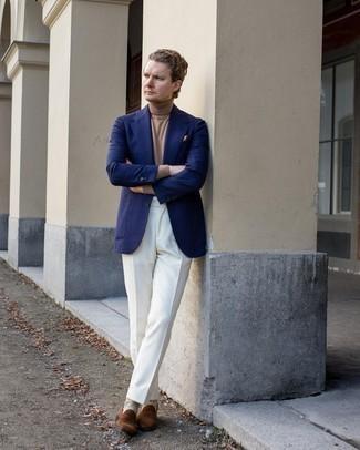 Comment s'habiller au printemps: Harmonise un blazer bleu marine avec un pantalon de costume blanc pour une silhouette classique et raffinée. Cet ensemble est parfait avec une paire de slippers en daim marron. Cette tenue est une bonne inspiration pour le printemps.